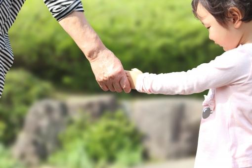 手を繋ぐ孫