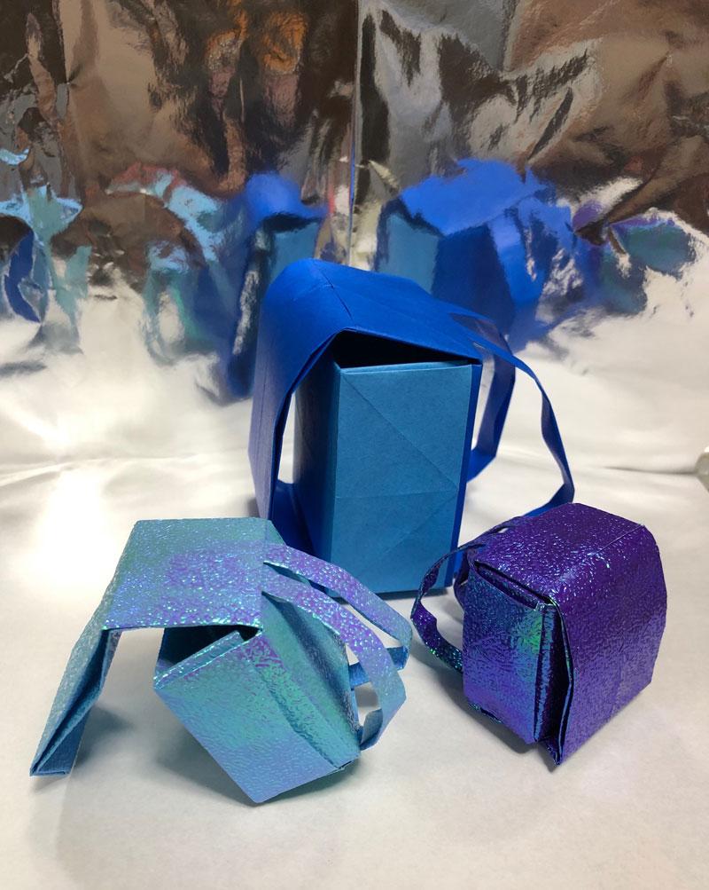 青いきらきら光る折り紙で折ったランドセルの写真
