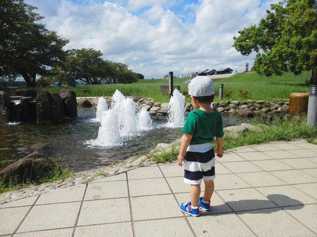 噴水を眺める孫