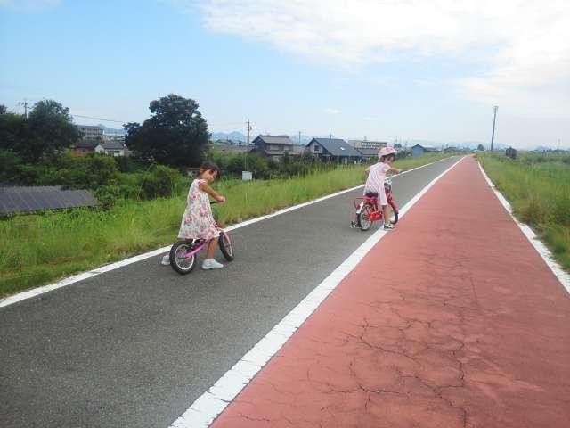 自転車の練習をする孫