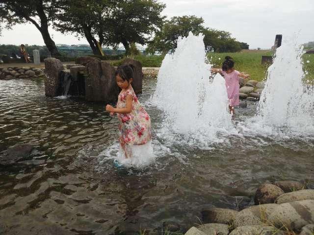 池の噴水で遊ぶ孫