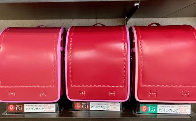 3色のピンクのコンビランドセルが棚に並んでいる