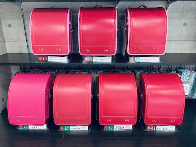 色々なピンクのランドセルが棚に並んでいる