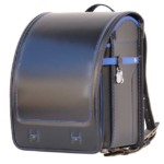 品番F1BKMB、色は黒×青のイタリア製牛革で手作りされた岐阜横山ランドセルの斜め前
