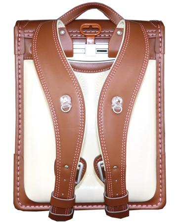 横山鞄オリジナルランドセルの背中側のベルトの形状が見える写真