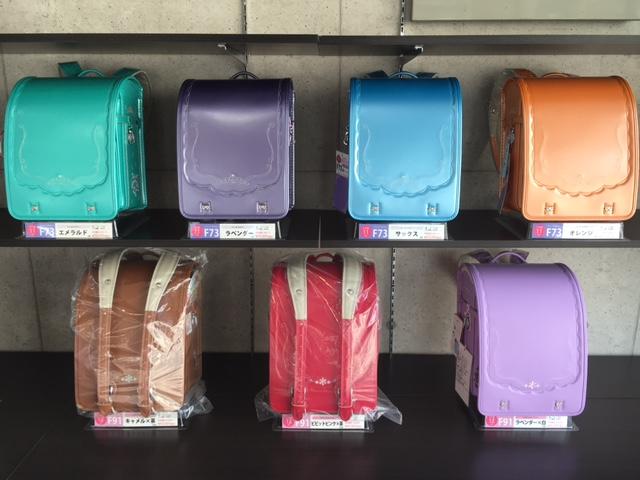 棚に色々な色のランドセルが並んでいる
