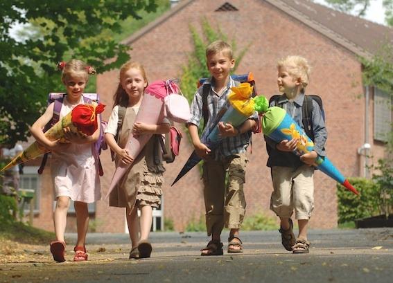 海外の4人の子どもが並んで歩いている