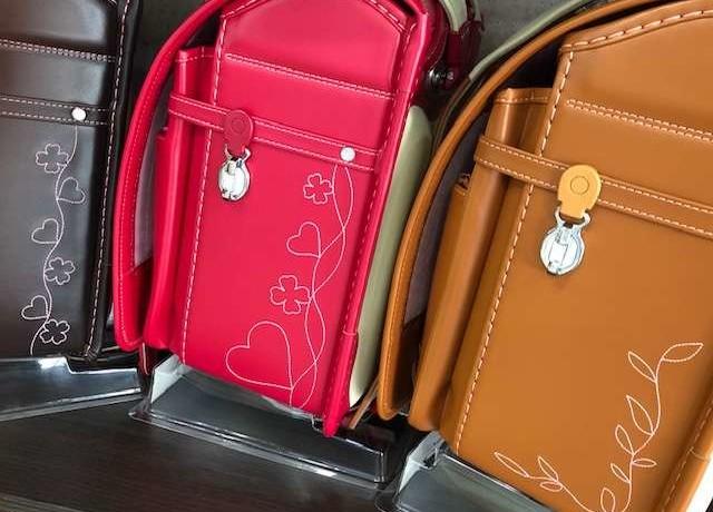 可愛い刺繍ピンクのランドセル可愛い刺繍キャメルのランドセルの側面写真